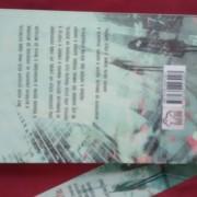Fotografia da contracapa do livro.